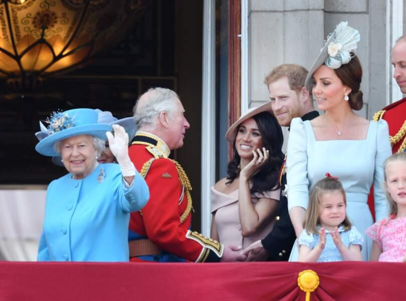 """Meghan, très souriante, avec Charles et Harry au balcon de Buckingham pour """"Trooping The Colour"""", le 9 juin 2018"""