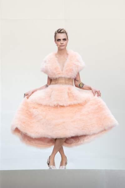 Cara Delevingne sublime dans une robe sublime Fendi pour rendre hommage à Karl Lagerfeld