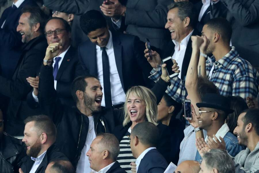 François Hollande et Nicolas Sarkozy, tout comme Robin Wright au premier plan, célèbrent un but parisien