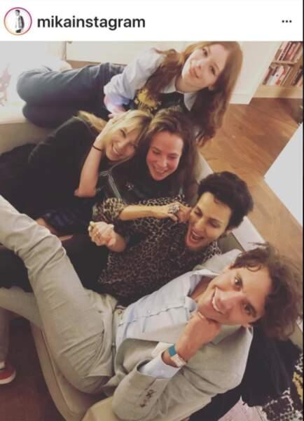 Mika s'amuse en bonne compagnie