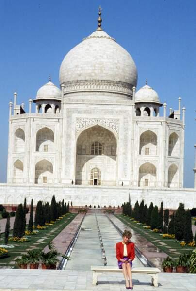 Photo mythique que celle de Lady Di, seule devant le Taj Mahal en 1992
