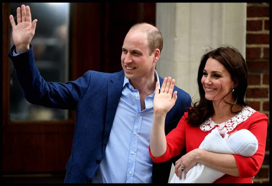 Kate et William posent devant la clinique avec leur troisième enfant, le prince Louis