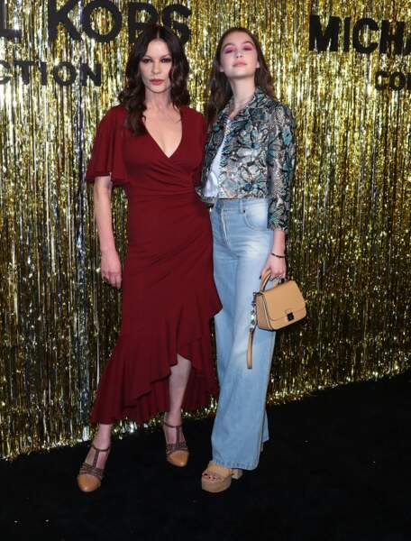 Même taille et même silhouette pour Catherine Zeta-Jones, sa fille Carys Douglas au défilé Michael Kors Collection