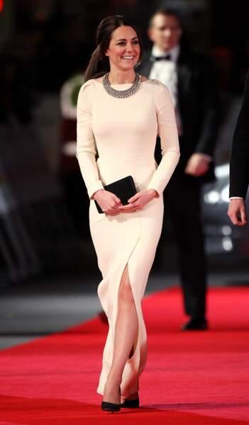D'humeur frenchie, en décembre 2013, la duchesse choisit la version immaculée d'une robe Roland Mouret