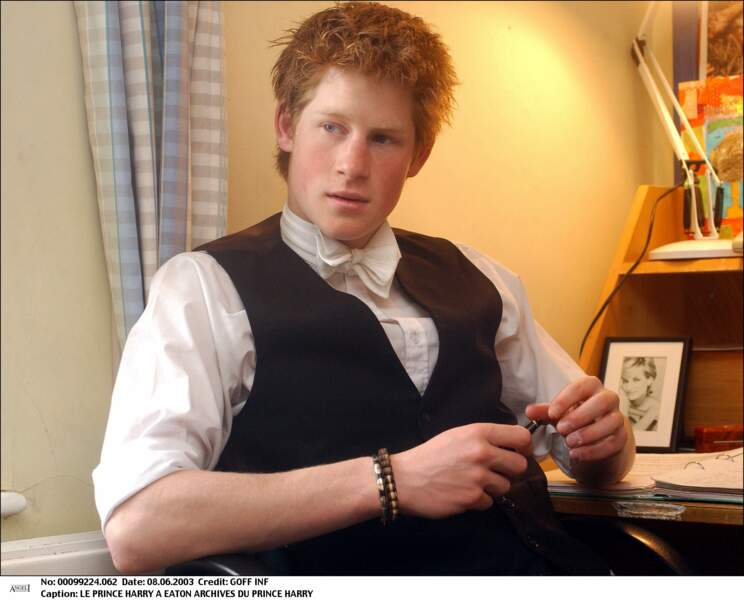 Harry dans sa chambre au collège d'Eton, en 2003, avec une photo de sa mère Lady Diana posée sur son bureau