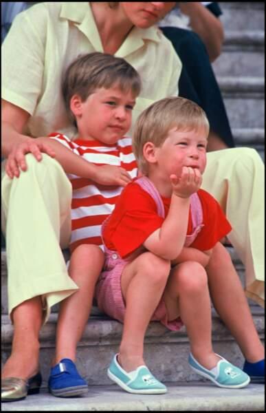 Les princes Harry et William d'Angleterre lors d'un séjour à Majorque avec la famille royale d'Espagne, en 1987