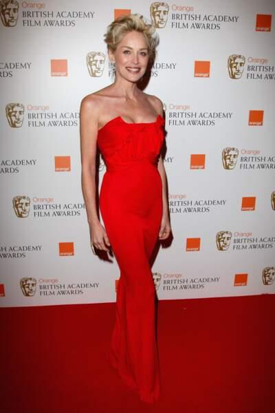 À Londres en 2009, Sharon Stone casse l'effet classique de sa robe sirène avec une coupe ebourriffée