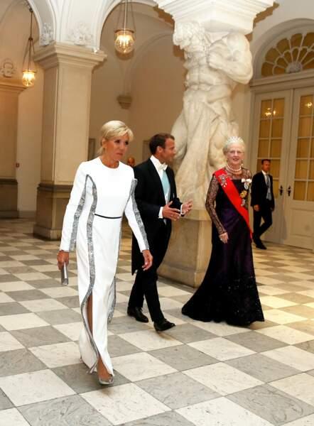 La Première dame était ravissante dans une robe blanche signée Louis Vuitton.
