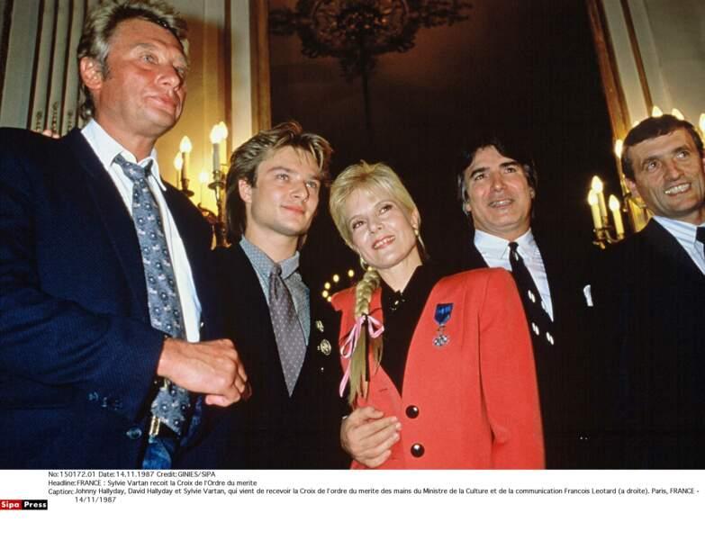 1987. Sylvie reçoit la médaille de l'Ordre du mérite en famille