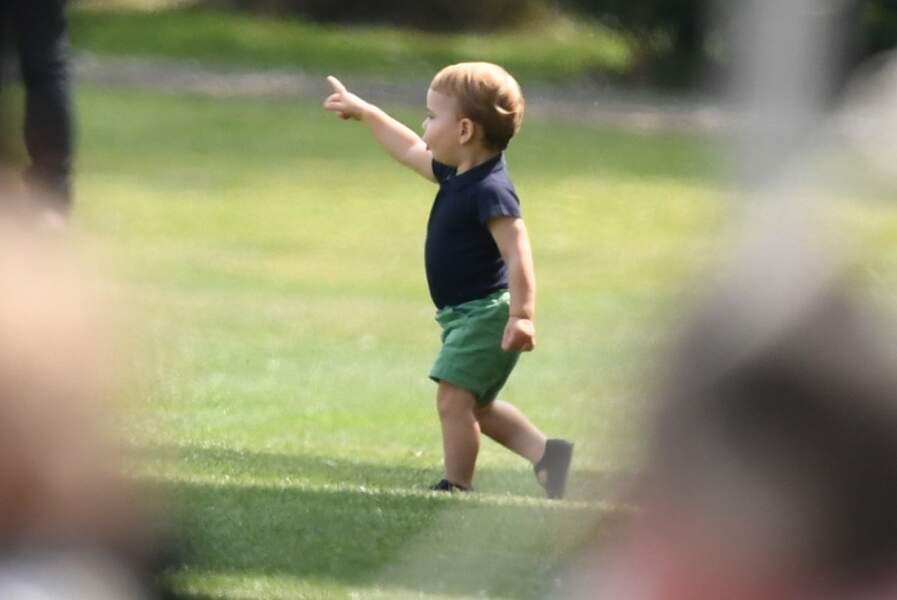 Louis, le fils de William et Kate s'amuse dans la pelouse
