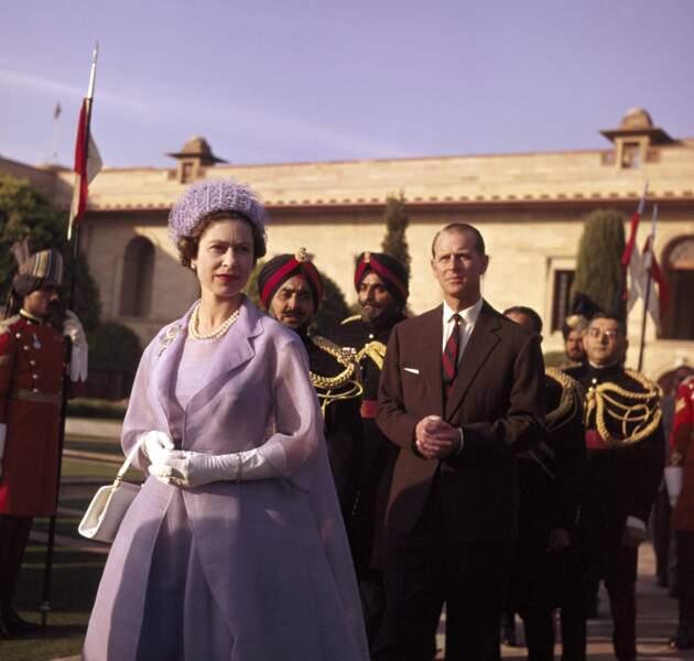 Chic et mondanités à travers le monde pour la reine Elisabeth en 1961