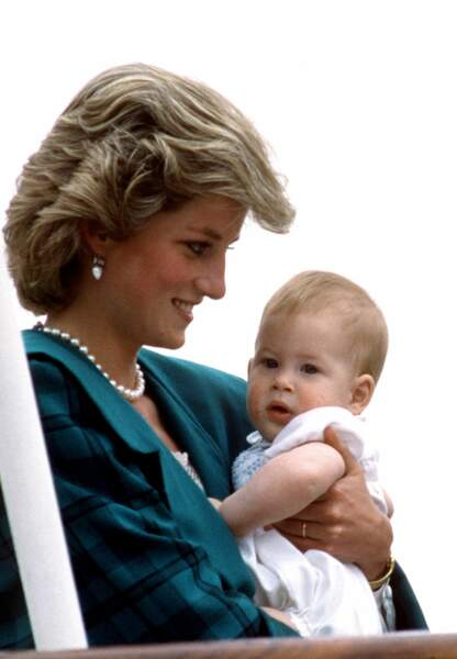 Le Prince Harry dans les bras de Lady Di