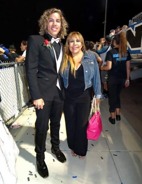 Joseph Baena, fils d'Arnold Schwarzenegger, pose avec sa mère lors de sa remise de diplôme en 2014