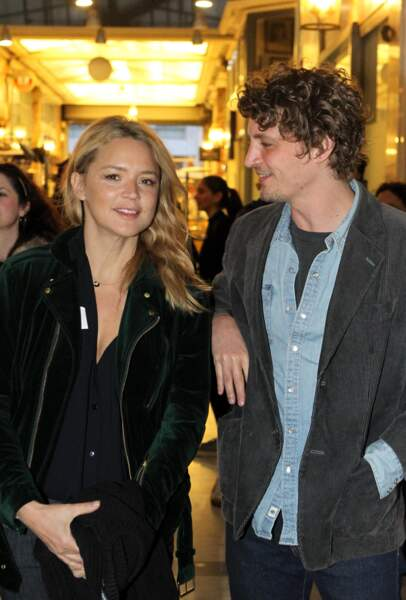 Virginie accompagnée de Niels Schneider à l'avant-première d'Un amour impossible, à Athènes