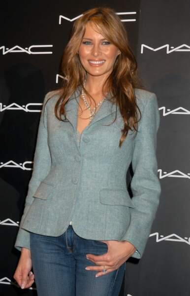 Melania Trump lors de la Fashion Week à New York, en 2005, avec un blazer et un jean brut. Un look simple et efficace.