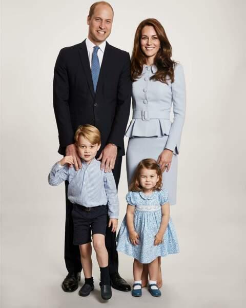 Kate et Charlotte en ensemble et robe bleu ciel, posent au côté de William et de George pour les voeux de Noël 2017
