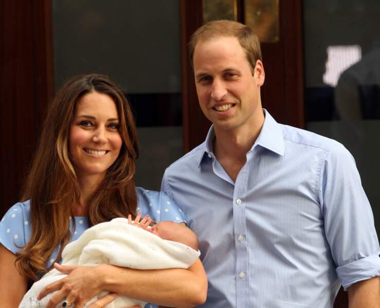 William et Kate présentent le prince George à la sortie de l'hôpital St Mary, le 23 juillet 2013