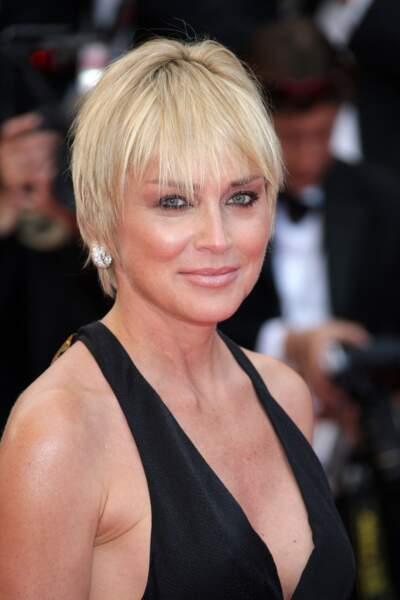 À Cannes, la belle américaine apparaît les cheveux courts mais lissés et les longueurs effilées
