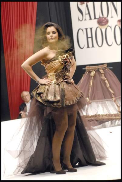 Faustine Bollaert magnifique dans une robe de créateur à Paris en 2009