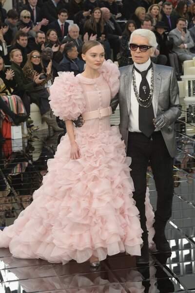 La jeune femme au bras du créateur Karl Lagerfeld