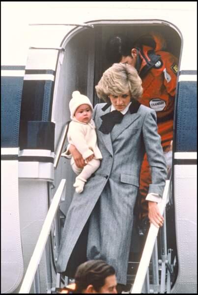 Lady Diana portant son fils Harry dans ses bras à son arrivée à l'aéroport d'Aberdeen en Écosse, en 1985