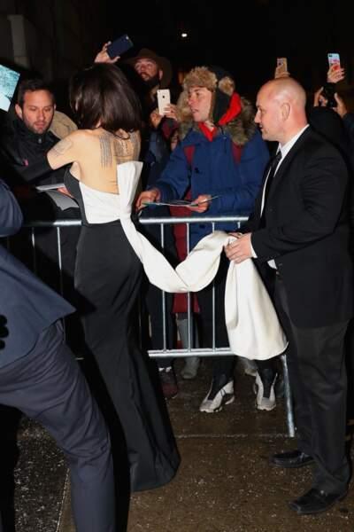 Sa robe fourreau noire et blanche mettait l'actrice très en valeur lors de cette soirée des UNCA Awards