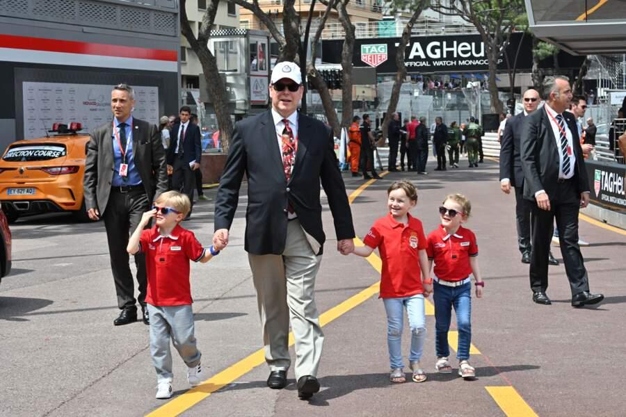 Pas question pour Albert de Monaco de lâcher la main de ses bambins