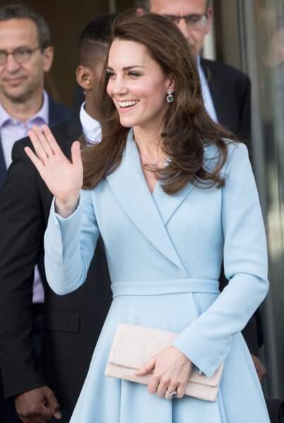 Indisponible à la vente, ce manteau semble avoir été confectionné spécialement pour elle.