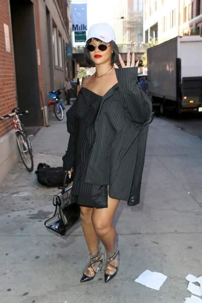 Rihanna porte une robe chemise et des escarpins Jimmy Choo dans les rues de New York, le 19 octobre 2017
