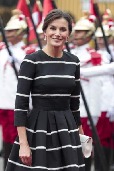 Letizia d'Espagne : une reine souriante au look classique lors de sa visite au Pérou