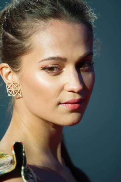 L'actrice suédoise a misé sur un make-up sobre, relevé d'une pointe de rouge orangé pour souligner son regard