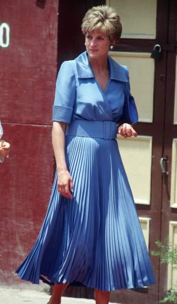 La princesse Diana, avec une robe bleue plissée, lors d'un voyage en Egypte, en 1992