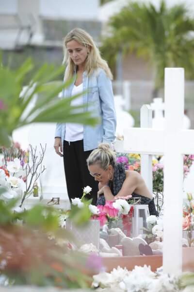 Marie Poniatowski et Laeticia Hallyday déposent des bougies sur la tombe de Johnny à Saint-Barth, le 23 avril 2018