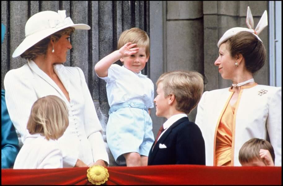 """Diana, Harry et la princesse Anne au balcon de Buckingham pour assister à la parade """"Trooping The Colour"""" en 1987"""