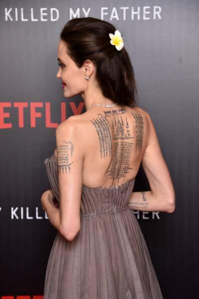 Tatouage dans le dos et fleur polynésienne pour Angelina Jolie