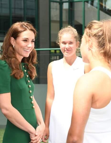 Kate Middleton saluant de jeunes joueuses