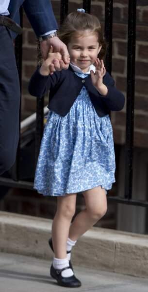 La princesse Charlotte fait coucou aux photographes