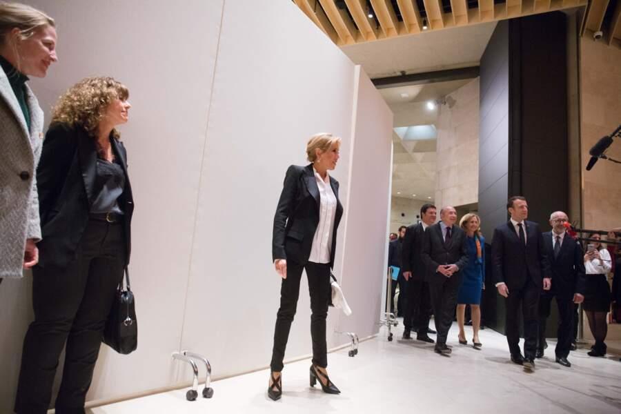 Brigitte Macron en tailleur épaulé et jolie paire d'escarpins