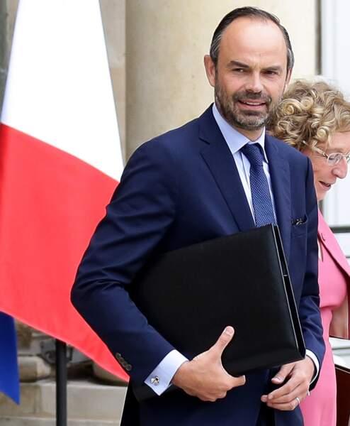 Le Premier ministre Édouard Philippe et ses boutons de manchette en forme d'hélice