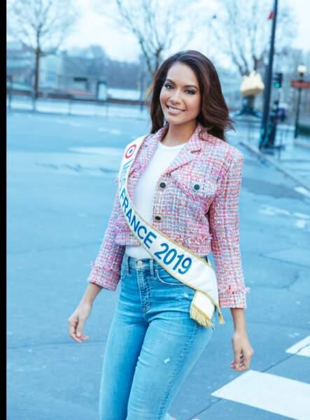 Vaimalama Chaves, Miss France 2019, en veste The Kooples, jean et t-shirt Gap et Converses