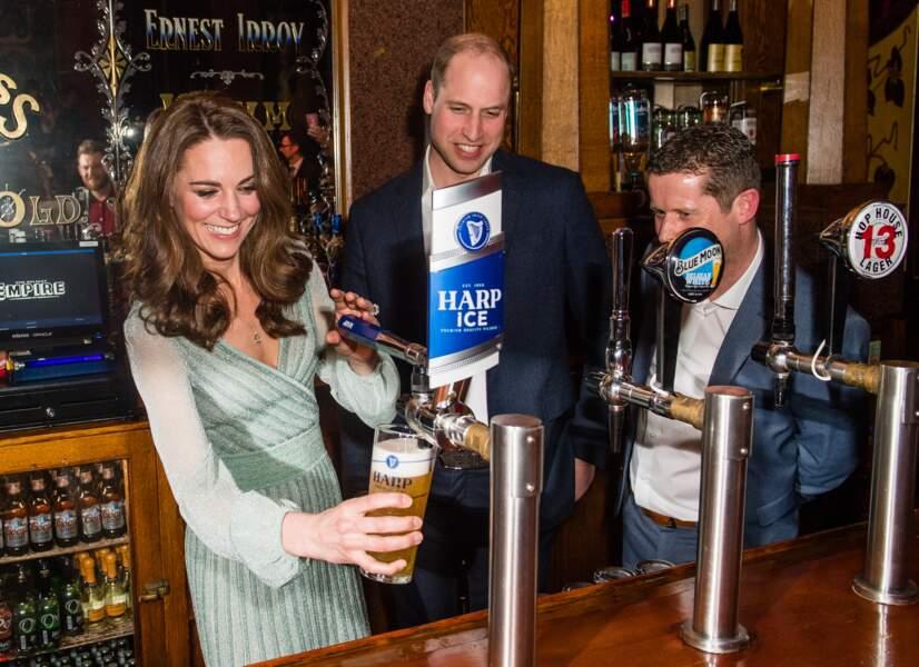 La tireuse a bière n'a plus de secret pour Kate Middleton