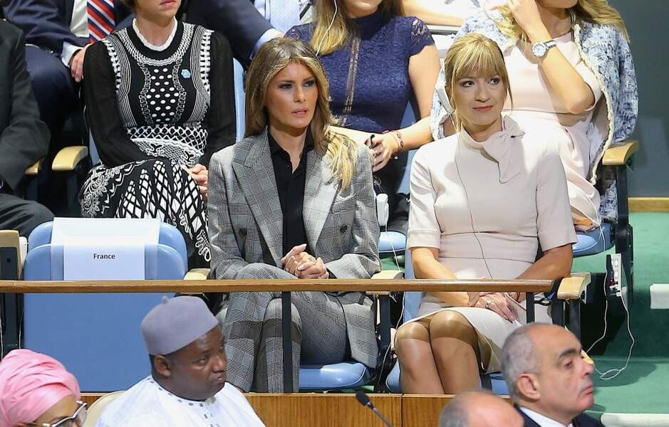 Elle portait un costume gris à carreaux signé Calvin Klein
