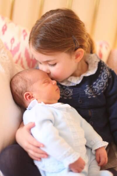 Charlotte et son frère Louis, début mai, quelques jours après la naissance du petit prince.