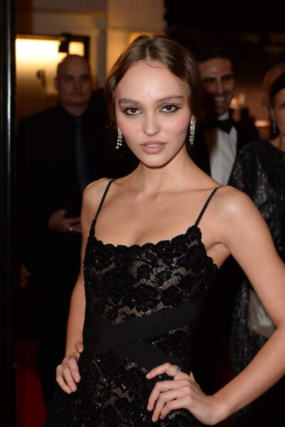 Lily-Rose Depp en robe noire comme Vanessa Paradis et en Chanel