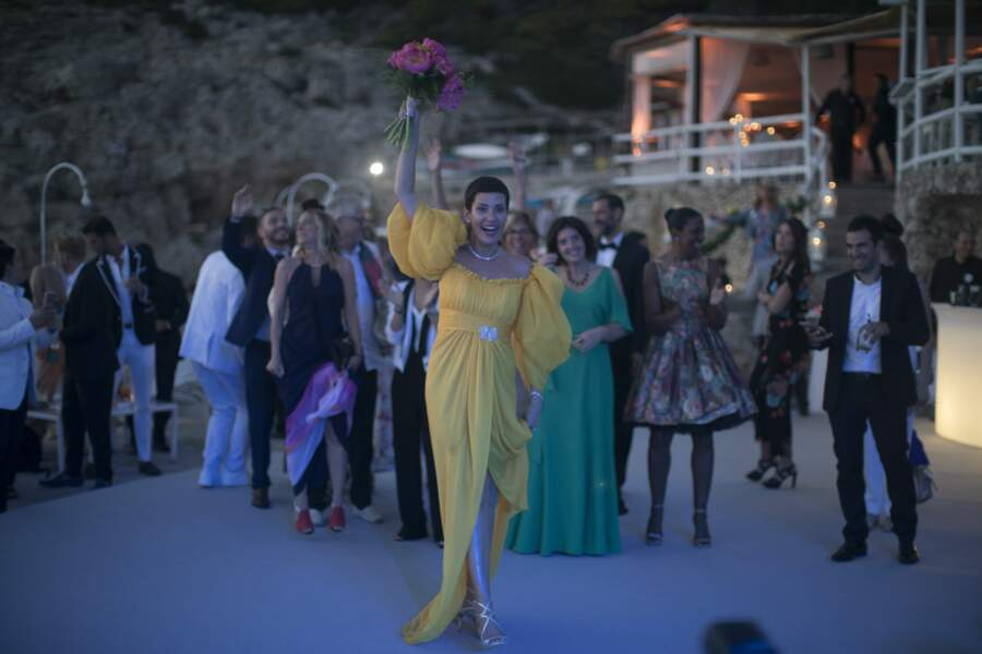 Cristina Cordula, en robe jaune prête pour le traditionnel lancer de bouquet de la mariée