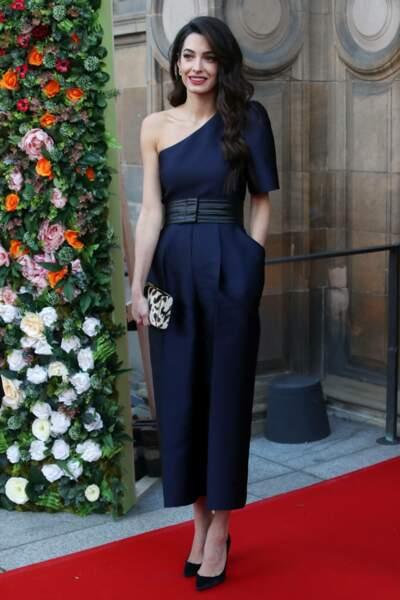 Amal Clooney magnifique en combinaison stylée Stella mc Cartney pour un gala de charité à Edimbourg