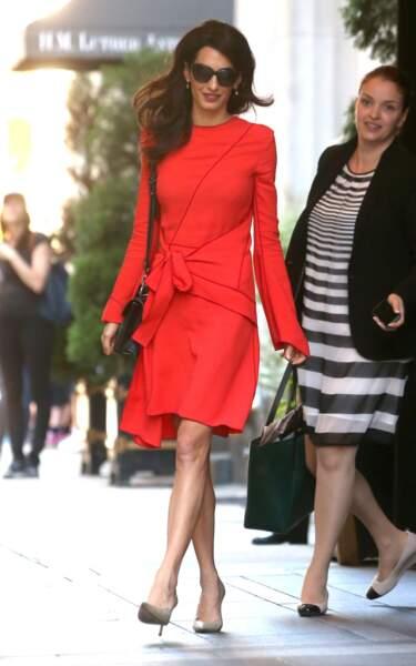 Amal Cloonzy et sa superbe robe à la coupe destructurée