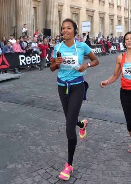 """Très sportive, Karine Le Marchand participe à la course """"La Parisienne""""pour la lutte contre le cancer, en 2014"""