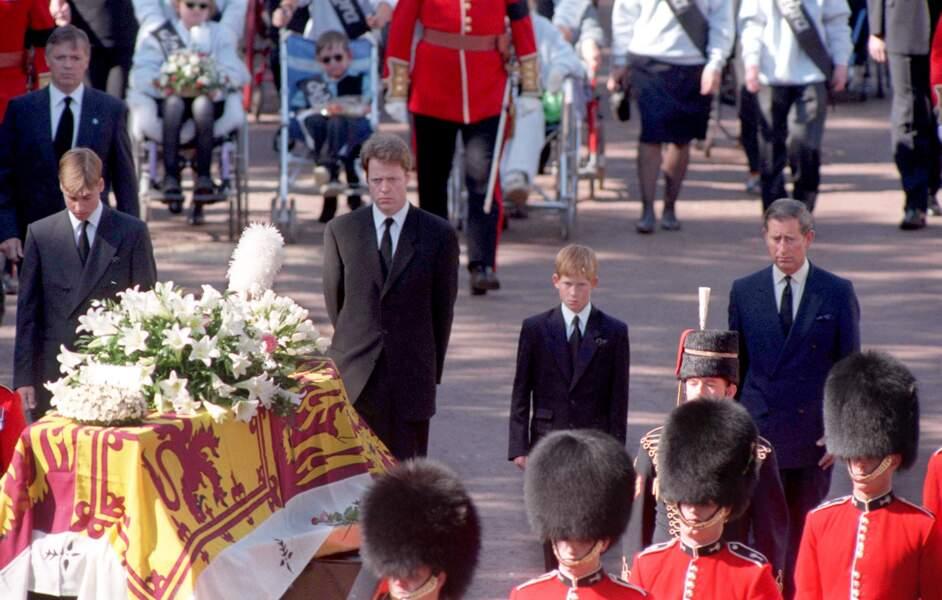 6 septembre 1997. Harry, 12 ans  et William, 15 ans, suivent le cercueil de leur mère, Lady Di