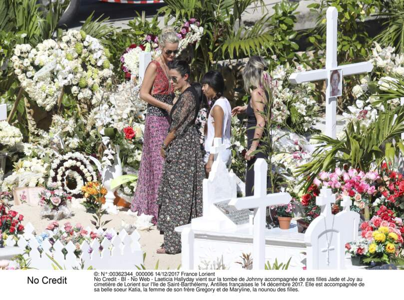 Laeticia Hallyday vient sur la tombe de Johnny accompagnée de ses filles Jade et Joy au cimetière de Lorient